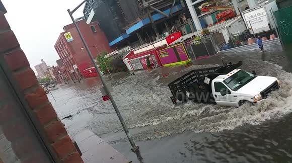 Determined New Yorkers beat flooding