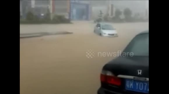 Powerful rainstorm floods city in southern China