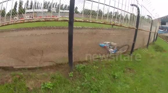 Speedway rider crashes during qualification race