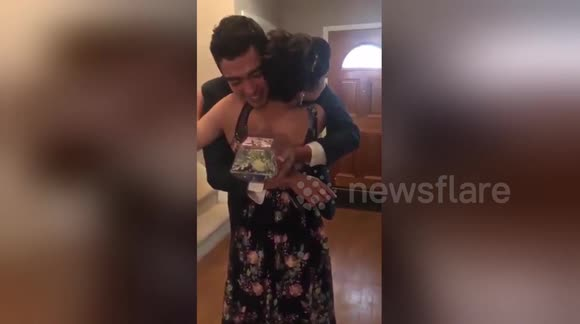 Newsflare - Teen surprises prom date by walking by herself