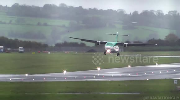 Newsflare - Strong winds force planes to abort landing at