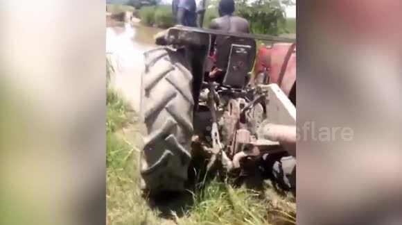Newsflare - Brave farmers drive their tractor underwater
