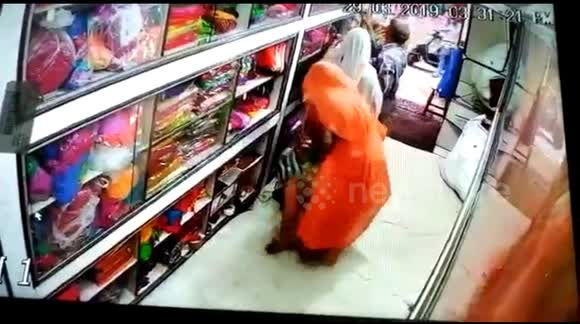 11028540d29 Clever gang of women thieves tuck clothes under their saree