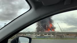 Newsflare - Huge fire rips through warehouse in Oakland
