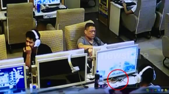 Sly thief appears to use wire and hook to steal iPhones from internet cafe