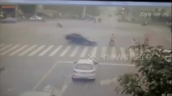 Driver hits policeman and pedestrian in devastating car accident in China