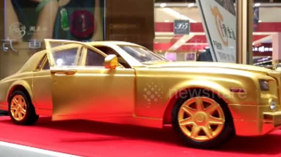 Gold Rolls Royce >> Newsflare Golden Rolls Royce Phantom Model Shown On Gold